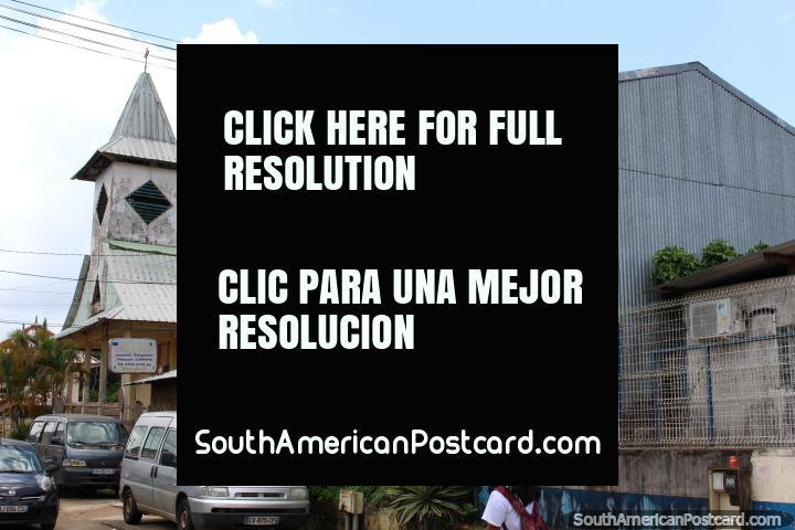 La iglesia y un café internet en Saint Georges, en la Guayana Francesa. (720x480px). Las 3 Guianas, Sudamerica.
