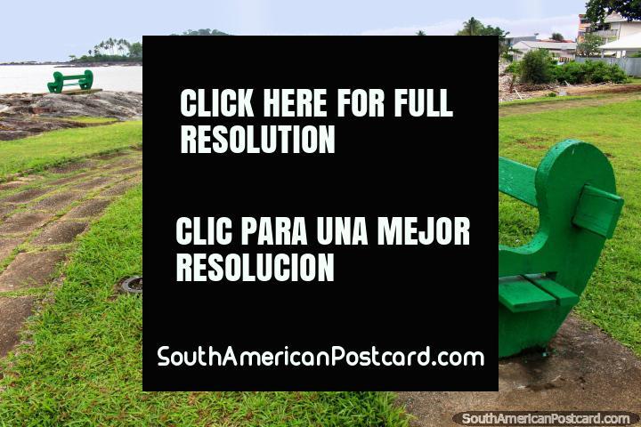 O banco verde senta-se para ir com o meio verde, praia na distância, Cayenne, Guiana Francesa. (720x480px). As 3 Guianas, América do Sul.