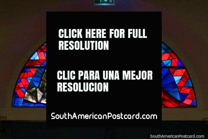 Rojo y azul vitral, hombre, mujer y niño, en la catedral en Cayenne, Guayana Francesa. (720x480px). Las 3 Guayanas, Sudamerica.