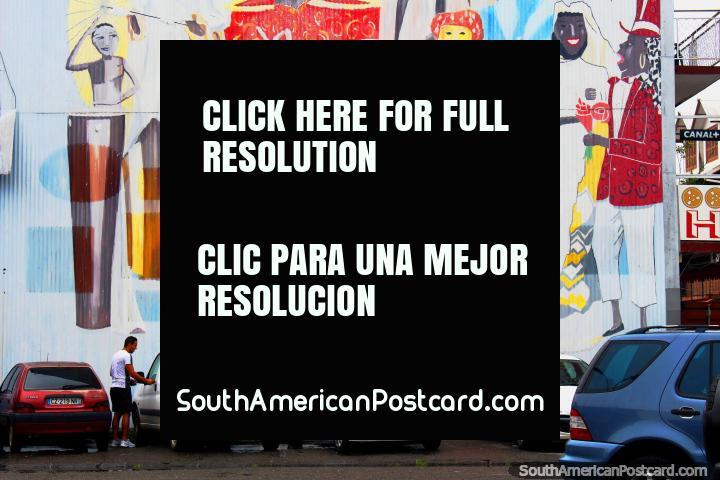 La gente en el vestuario en una fiesta, mural en un aparcamiento en Cayenne, Guayana Francesa. (720x480px). Las 3 Guayanas, Sudamerica.