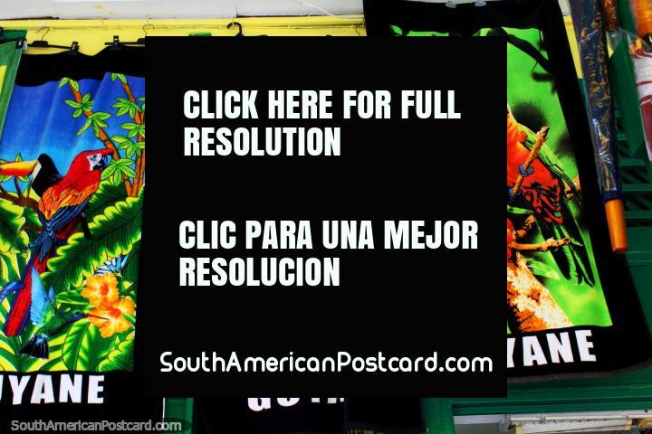Toallas de colores que ofrecen los loros, guacamayos, un tucán y un mapa de la Guayana Francesa, Cayenne. (720x480px). Las 3 Guayanas, Sudamerica.