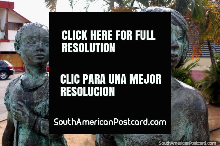 Trabalho de bronze de 3 crianças, um com um macaco, Saint Laurent du Maroni, Guiana Francesa. (720x480px). As 3 Guianas, América do Sul.