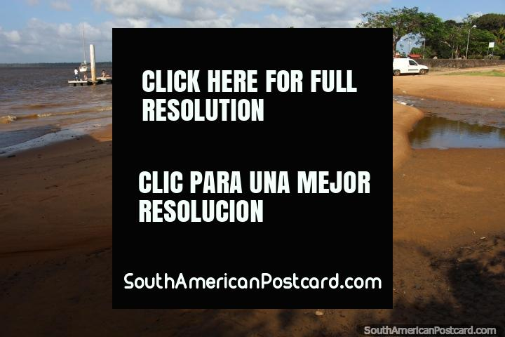 A praia e molhe em Saint Laurent du Maroni em Guiana Francesa. (720x480px). As 3 Guianas, América do Sul.