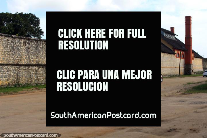 Do lado de fora das paredes de pedra de Le Camp da Transportation, prisão em Saint Laurent du Maroni, Guiana Francesa. (720x480px). As 3 Guianas, América do Sul.