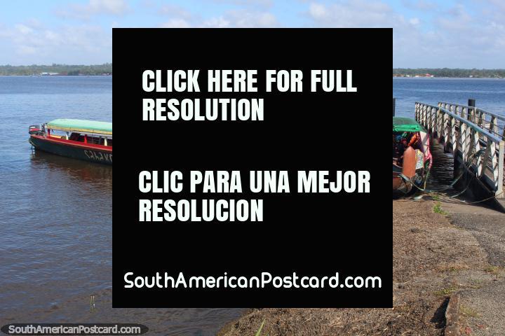 Barcos de río en Saint Laurent du Maroni con Albina en la distancia, Guayana Francesa / Surinam. (720x480px). Las 3 Guayanas, Sudamerica.