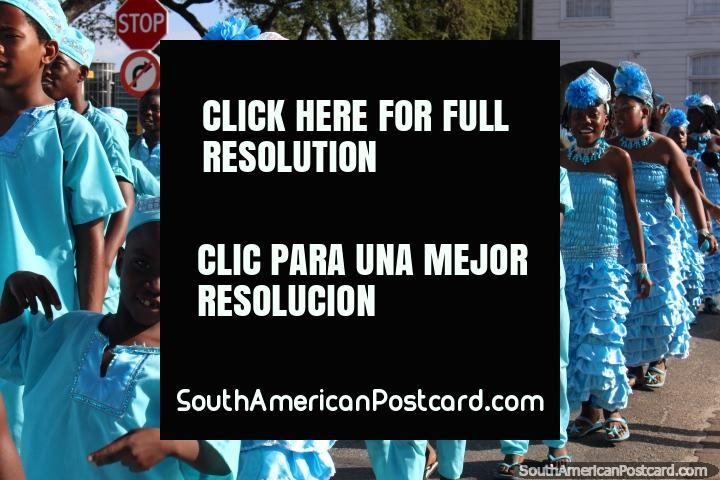 As Pequenas Estrelas Brilhantes, vestido de grupo jovem em equipamentos azul-claros na pompa de Avondvierdaagse em Paramaribo, Suriname. (720x480px). As 3 Guianas, América do Sul.