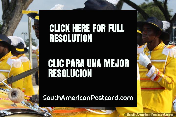 Hombre Batería con pelo trenzado y vestido de amarillo en el desfile Avondvierdaagse en Paramaribo, Surinam. (720x480px). Las 3 Guianas, Sudamerica.