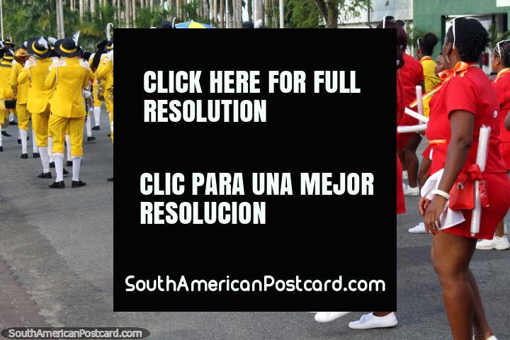 La parte posterior de las personas con trajes de color rojo y amarillo en el desfile Avondvierdaagse en Paramaribo, Surinam. (720x480px). Las 3 Guianas, Sudamerica.