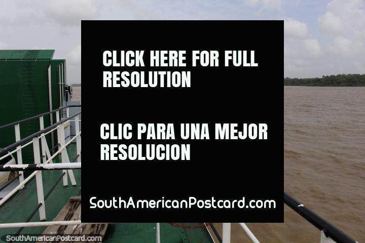 Cruzando el río en ferry desde Surinam, Guyana en la distancia. (720x480px). Las 3 Guianas, Sudamerica.