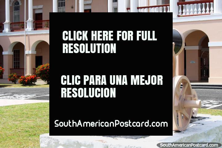 Cañón fuera del edificio del Parlamento, columnas y arcos, Georgetown, Guyana. (720x480px). Las 3 Guayanas, Sudamerica.