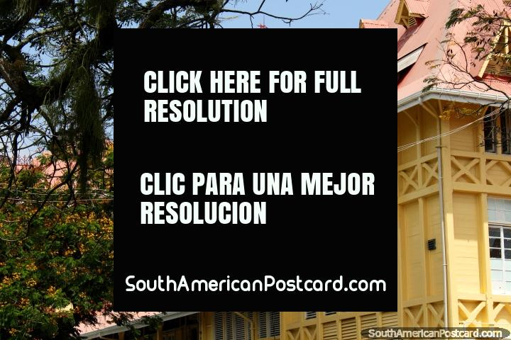 Campanário vermelho e um edifïcio histórico de madeira bonito em Georgetown, Guiana. (720x480px). As 3 Guianas, América do Sul.