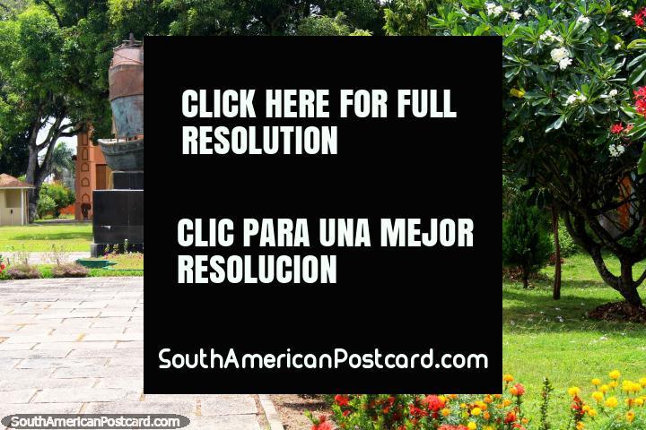 Monumento Jardín con un monumento de una nave, flores y césped, Georgetown, Guyana. (720x480px). Las 3 Guianas, Sudamerica.