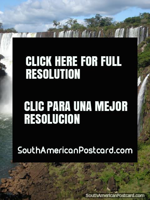 Iguaçu é um lugar mágico com um panorama de cachoeiras. (480x640px). Argentina, América do Sul.