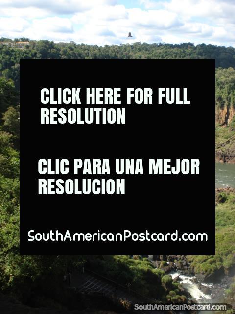 Uma visão em Iguaçu do rasto superior em direção a praia e área de barcos. (480x640px). Argentina, América do Sul.