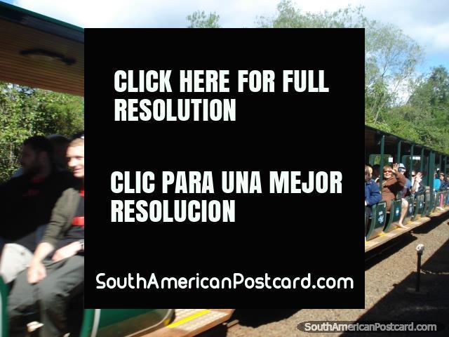 O trem para tirá-lo a Garganta do Diablo em Iguaçu. (640x480px). Argentina, América do Sul.