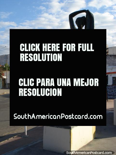 Estatua de una figura de baile femeniña en una calle en Salta. (480x640px). Argentina, Sudamerica.