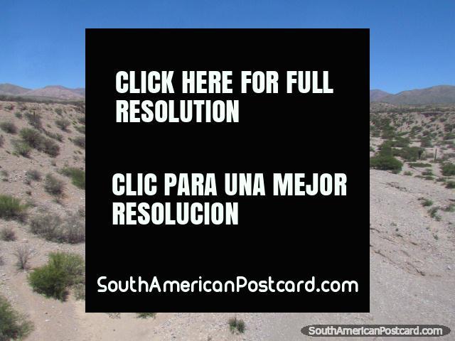 Terreno seco e desolado ao norte de Humahuaca. (640x480px). Argentina, América do Sul.