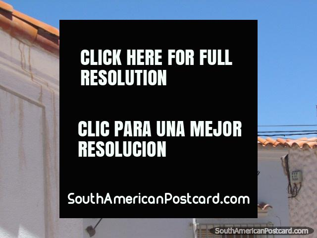 Telhados cobertos com telhas e monumento em uma colina em Humahuaca. (640x480px). Argentina, América do Sul.