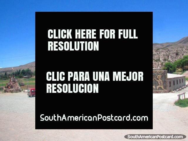 Enorme monumento de lhama junto do caminho ao sul de Humahuaca. (640x480px). Argentina, América do Sul.