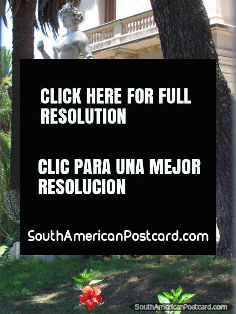 Estatua femeniña en Jujuy llamado La Paz, en Casa de Gobierno. (480x640px). Argentina, Sudamerica.