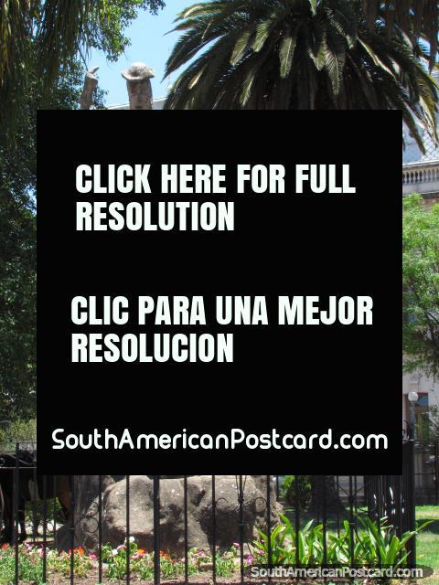 2 figuras sentam-se em rochas, cada um lê o livro, Praça Espana em Jujuy. (480x640px). Argentina, América do Sul.