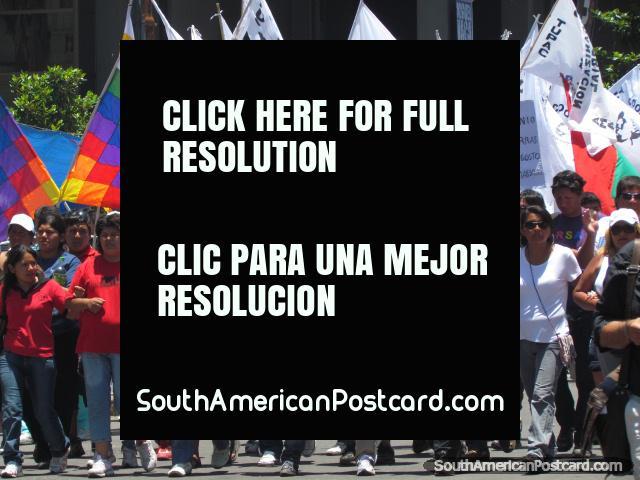 As pessoas ligam braços e bandeiras de onda no momento de protestos de Jujuy. (640x480px). Argentina, América do Sul.