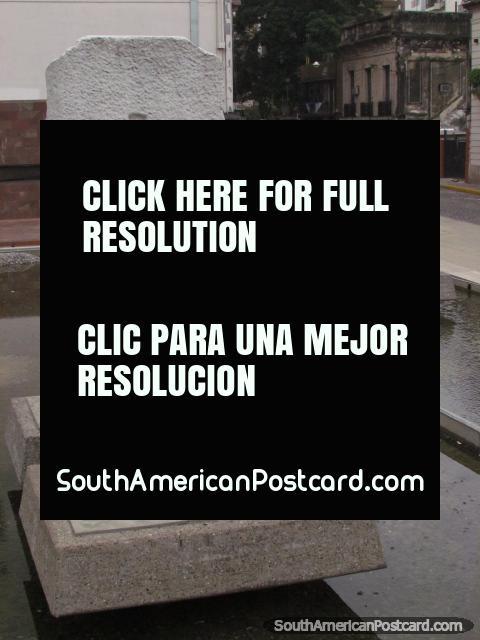 Rasgo acuático y monumentos en Monumento Historico Nacional un La Bandera en Rosario. (480x640px). Argentina, Sudamerica.