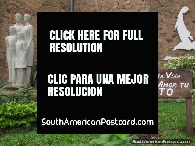 Familia Templo de la Vida, monumento en la iglesia en Colon. (640x480px). Argentina, Sudamerica.
