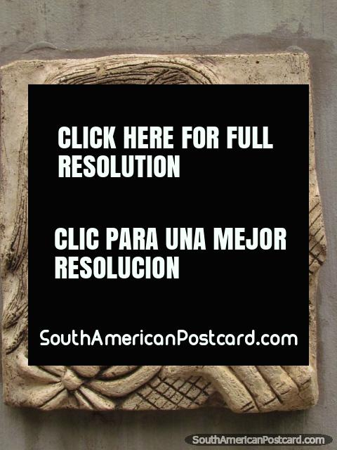 Placa ornamental de um guitarrista barbudo em Praça Artigas em Colon. (480x640px). Argentina, América do Sul.