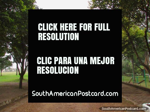 Caminos de andar bordados de árboles en Parque Quiros en Colon. (640x480px). Argentina, Sudamerica.