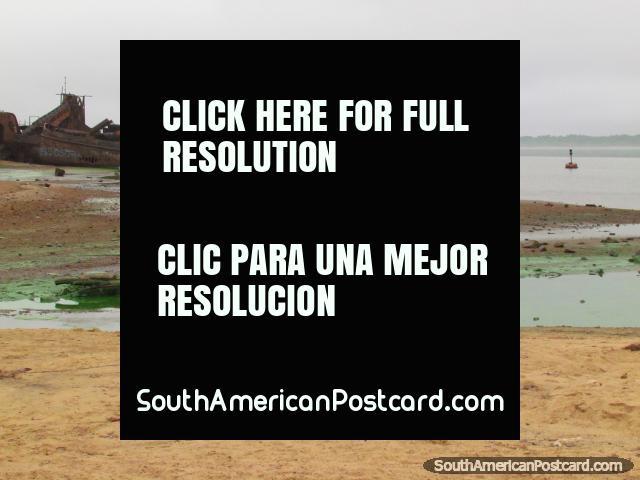 Viejo barco oxidado en las orillas del Río Uruguay en Colon. (640x480px). Argentina, Sudamerica.