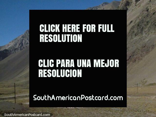 3 edificios con el techo rojo, las pistas del tren dirigidas entre, deben ser la estación, Cristo Redentor. (640x480px). Argentina, Sudamerica.