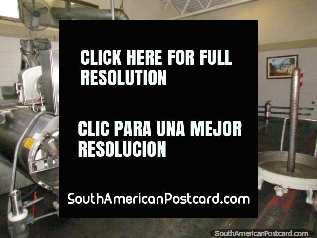 El equipo solía hacer el aceite de oliva en la fábrica de aceite de oliva de Pasrai en Mendoza. (640x480px). Argentina, Sudamerica.