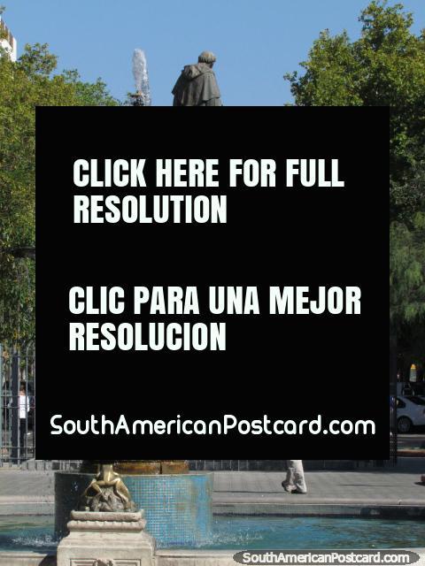 Fonte e monumento em Praça 25 de Mayo em San Juan. (480x640px). Argentina, América do Sul.