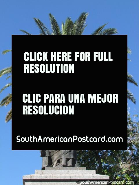 Lucha Justo de Santa María de Oro, estatua en Plaza 25 de Mayo en San Juan. (480x640px). Argentina, Sudamerica.