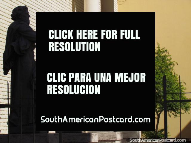 Estatuas de 4 figuras religiosas fuera de la catedral en San Juan. (640x480px). Argentina, Sudamerica.