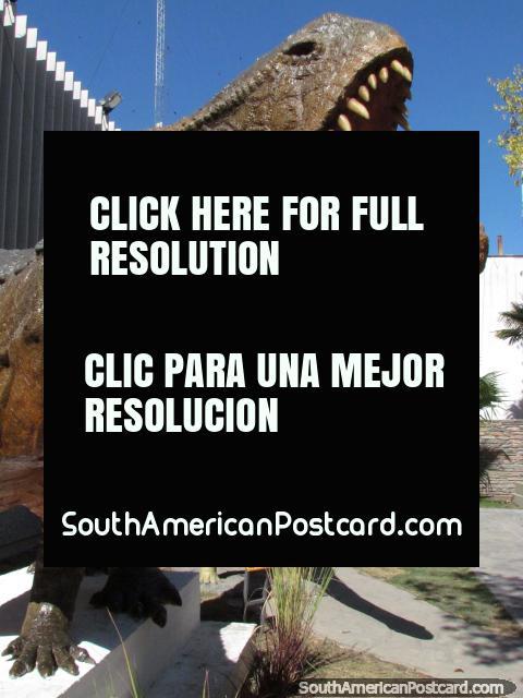 Un par de modelos del dinosaurio fuera del Ministerio de Turismo y Cultura, edificio en San Juan. (480x640px). Argentina, Sudamerica.