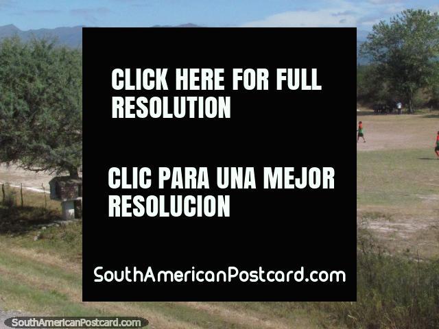 Um jogo de futebol em um arremesso entre Rio Rosario e o 2o rio entre La Merced e El Carril. (640x480px). Argentina, América do Sul.
