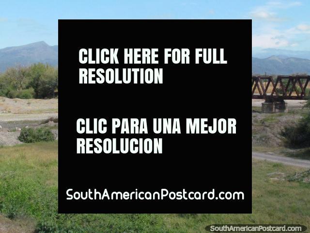 As pistas de trem atropelam o rio justo antes da passagem por El Carril. (640x480px). Argentina, América do Sul.