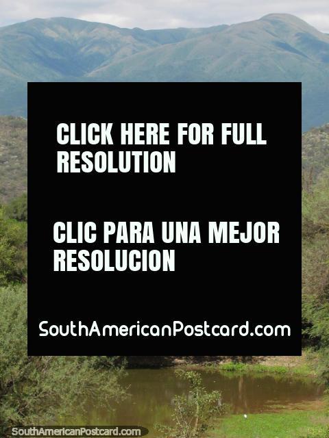Pantanos de pampa hermosos y montañas en Talapampa. (480x640px). Argentina, Sudamerica.