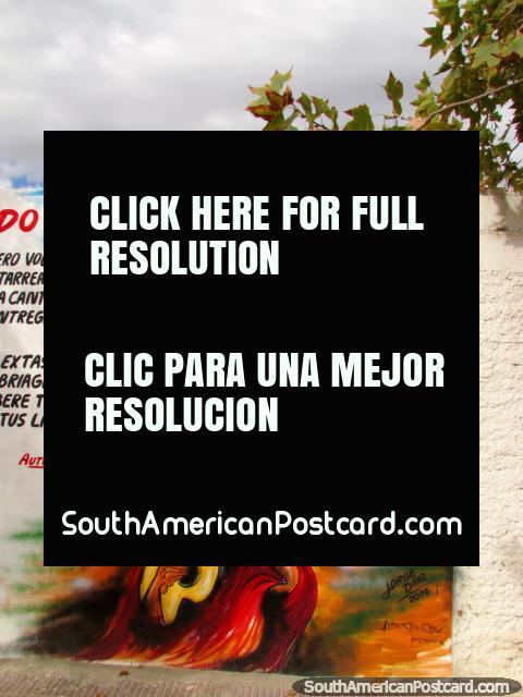 O homem no vermelho com o chapéu toca o violão da sua mulher, mural de parede em Cafayate. (480x640px). Argentina, América do Sul.