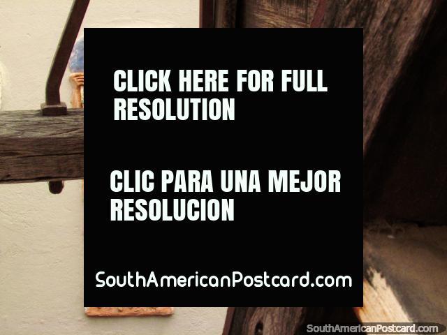 Una obra de arte detrás del carro de madera en el museo de Cafayate, el trabajador lleva uvas. (640x480px). Argentina, Sudamerica.