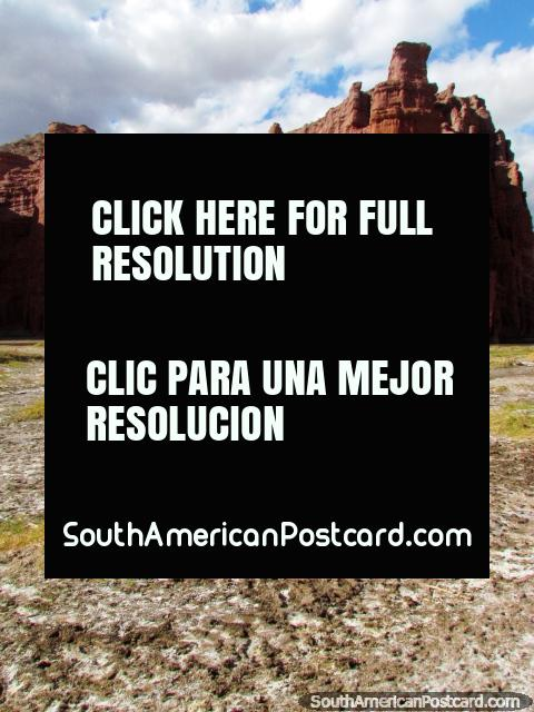 Superfïcie salgada coberta de crosta e o Castillos dos Tre atrás, Quebrado das Conchas em Cafayate. (480x640px). Argentina, América do Sul.