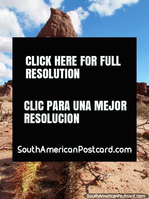 El Obelisco es 26 metros de alto, una roca enorme en el Quebrada de las Conchas en Cafayate. (480x640px). Argentina, Sudamerica.