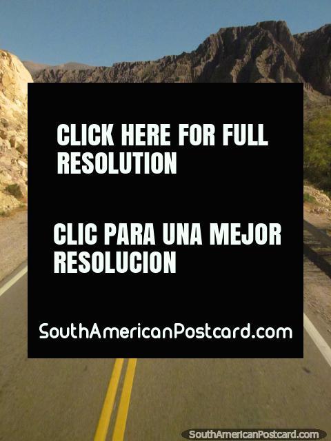 Alguna roca dentada y torturada se vuelve delante, Salta a Paso de Jama. (480x640px). Argentina, Sudamerica.