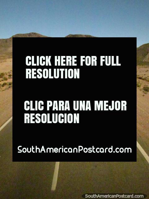 El camino está en la gran condición para el viaje en las montañas a Paso de Jama. (480x640px). Argentina, Sudamerica.