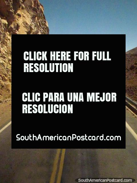 Curvas del camino alrededor de los cantos, un viaje escénico a Paso de Jama. (480x640px). Argentina, Sudamerica.
