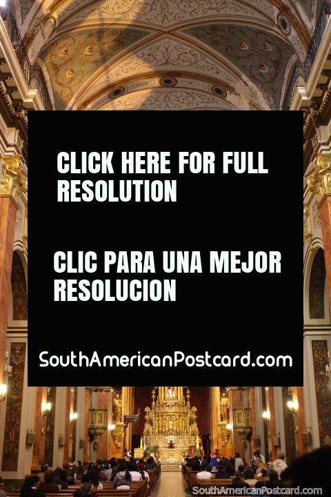 O interior assombroso da catedral em Salta. (480x720px). Argentina, América do Sul.