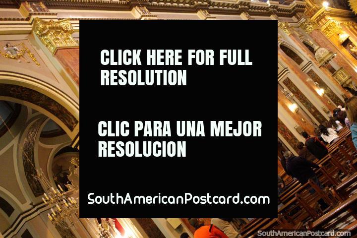 Ouro e muitas arcadas, dentro da catedral em Salta. (720x480px). Argentina, América do Sul.