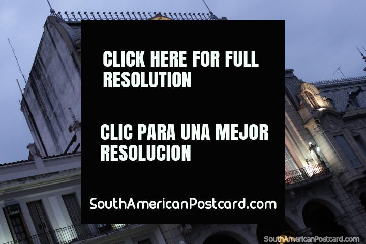 As fachadas históricas parecem até melhores a noite com luzes em Salta. (720x480px). Argentina, América do Sul.